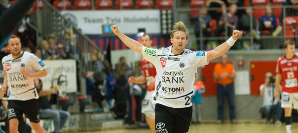 Peter Balling fejrer en af de 14 scoringer i sejren over Aalborg. Foto: Hfoto.dk