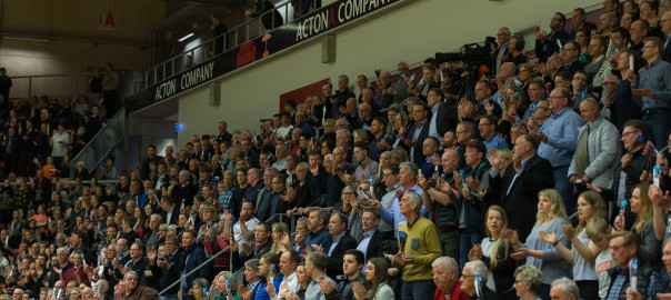 Publikum oppe og stå i Gråkjær Arena. Foto: hfoto.dk