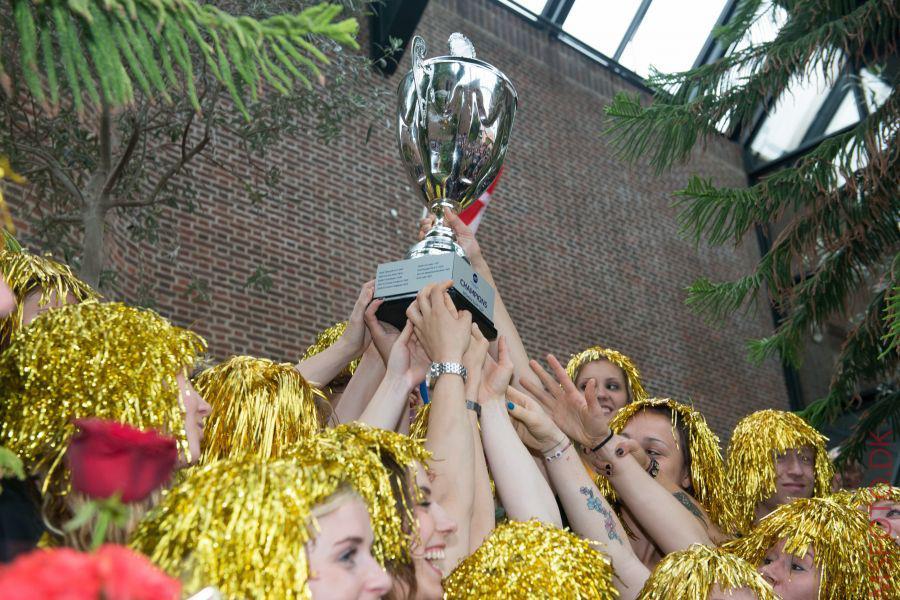 Damerne løfter EHF Cup-pokalen på rådhuset i Holstebro efter sejr over Metz i finalen i 2013. Foto: Team Tvis Holstebro