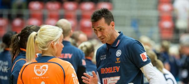 Michael Bruun giver Sandra Toft gode råd mod SønderjyskE. Foto: hfoto.dk