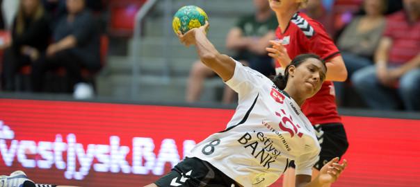 Jamina Roberts i aktion mod Team Esbjerg. Foto: hfoto.dk